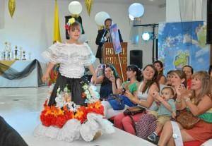 Las niñas recibieron numerosos aplausos en el desfile con traje típico y folclórico.