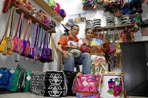 Tomás Martínez y Yovelis Araujo aplican en su negocio sus conocimientos en culturas indígenas de la Costa Caribe Colombiana.