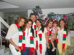Jenny Hernández, sus hermanas, sus padres y su sobrina celebran la Navidad en familia.
