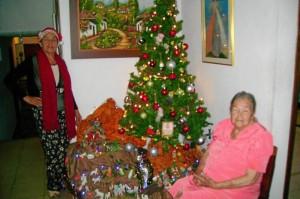 El pesebre y al árbol son importantes en la casa de Natividad Reyes y su mamá Susana Calderón.