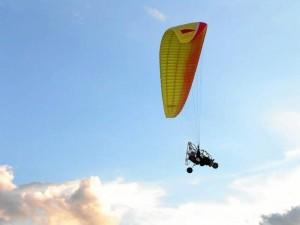 El trike es un carrito con motor que recorre la pista para alzar vuelo y en el aire marca el recorrido dirigido por el parapente.