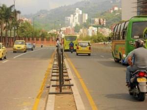 Los peatones no cuentan con reductores de velocidad o cebras para poder cruzar la vía.