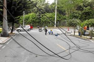 Al poste estaban adheridos varios cables de empresas de servicios públicos que paulatinamente fueron reactivando su funcionamiento.