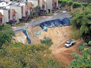 El muro de contención se construye para proteger las 20 viviendas del conjunto Monte Mayor.