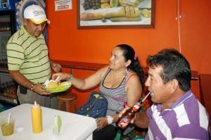Jesús Sanabria ya atiende a su clientela en el nuevo local.