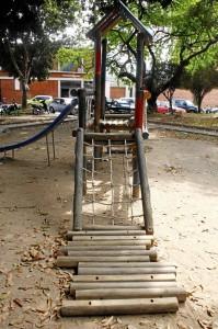 En el piso, así permanecen desde inicios del año los juegos infantiles del parque Conucos.