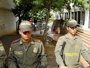 Policías vigilan el pasaje de los artesanos.