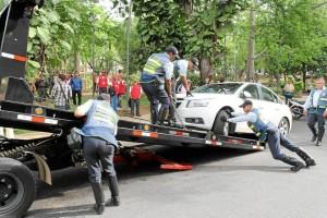 Junto al parque San Pío se inmovilizaron varios vehículos que estaban mal estacionados.
