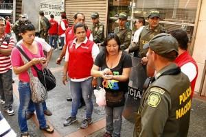 Vendedores artesanos de la calle 49 junto a policías.