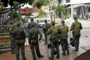 Policías atentos a conservar el espacio público en la calle 49 con carrera 35.