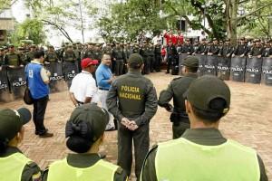 René Garzón, secretario de Gobierno, desde temprano impartió instrucciones al grupo de policías.