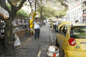 Comerciantes piden que se limpien alcantarillas en este punto, tapadas por las basuras que producían las ventas que aquí se ubicaban.