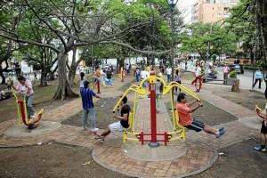 El gimnasio al aire libre del parque San Pío ha sido usado por gente de todas las edades.