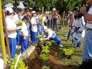 Los niños sembraron árboles en el parque Romero
