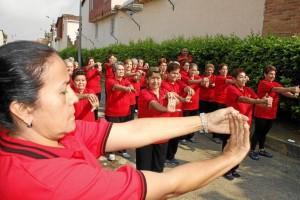 La rutina de ejercicios diarios es liderada por Gloria María Flórez, también integrante del grupo (primer plano, izquierda).