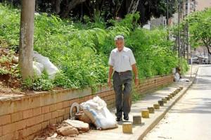 Las basuras obstaculizan el paso de peatones en el parque Los Sarrapios, más conocido como Puyana.