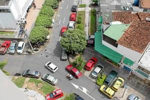 La imagen enviada por la Periodista del Barrio evi-dencia la invasión de es-pacio público en el sector.
