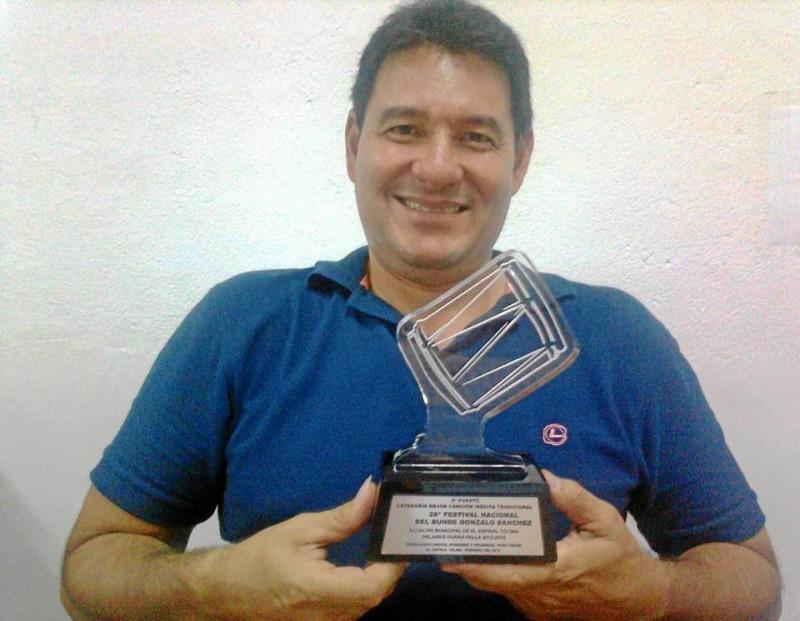 Juan Manuel Prieto Pinzón con su estatuilla por su tercer puesto en el XXIX Festi-val Nacional del Bunde