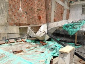 Este es el techo de la casa de Sergio Cardozo, quien pide que se le haga man-tenimiento a este espacio que recibe partículas de los materiales de la obra.