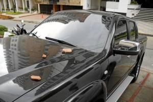 Algunos carros han sufri-do daños por la caída de piedras.