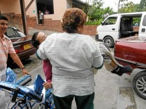Todos los días doña Amanda y el conductor del carro tie-nen que subir y bajar a los niños para trasladarlos a sus terapias en centros médicos especializados.