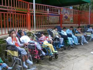 Aunque están en sus sillas de ruedas estos niños manifiestan su amor.