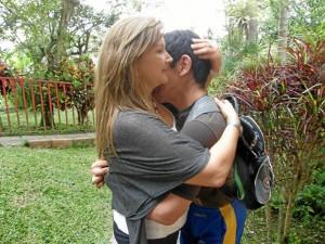 Cheché no se cansa de dar abrazos a María del Pilar. Él llegó recién nacido a Iris.