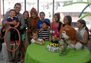 Mathías Gómez Moreno, sus amiguitos y sus padres Mario Gómez y Mónica Moreno.