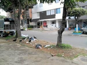 Las basuras hacen parte del panorama diario de la calle 36 con carrera 33.
