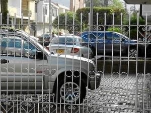 Carros estacionados en andenes de la calle 55 con carrera 31.