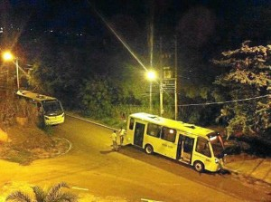 En las noches a veces se estacionan a lado y lado de la vía.