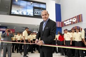 El presidente de Cine Colombia, Munir Falah corta la cin-ta inaugural de Cine Colombia en Cacique Centro Comer-cial.