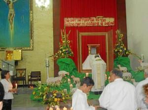 La oración ante el Monumento (Santísimo) es un acto propio del Jueves Santo en la noche.