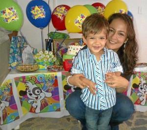 Fabián Eduardo junto a su mamita Yohanna Ximena Balcárcel Remo-lina.
