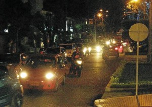 En las noches se hace más difícil el tráfico en la carrera 37 con ca-lle 44.