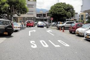Con nueva señalización se intenta recordar a los conductores los nuevos sentidos de algunas vías del sector.