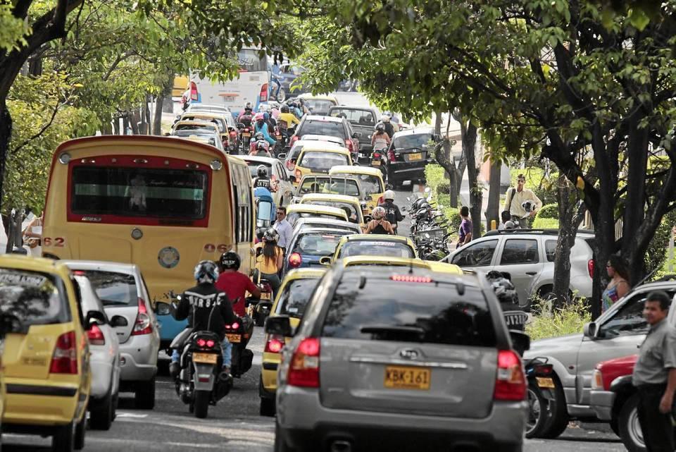 La congestión en la avenida González Valencia desde la calle 54 hasta el semáforo de la carrera 27 aumentó.
