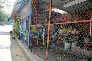 El cierre de la vía ha afectado también a los vendedores de flores, junto al cementerio Jardines La Colina