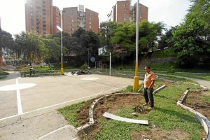 Al parque de Los Leones le adecúan algunas zonas para jardines.