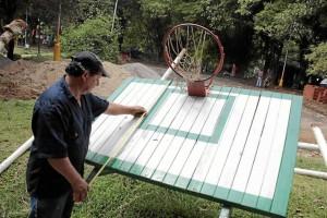 La cancha de baloncesto también recibe 'una manito'.