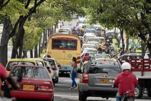 A los trancones de la avenida González Valencia se le suman los carros y motos estacionadas, provocando más caos.