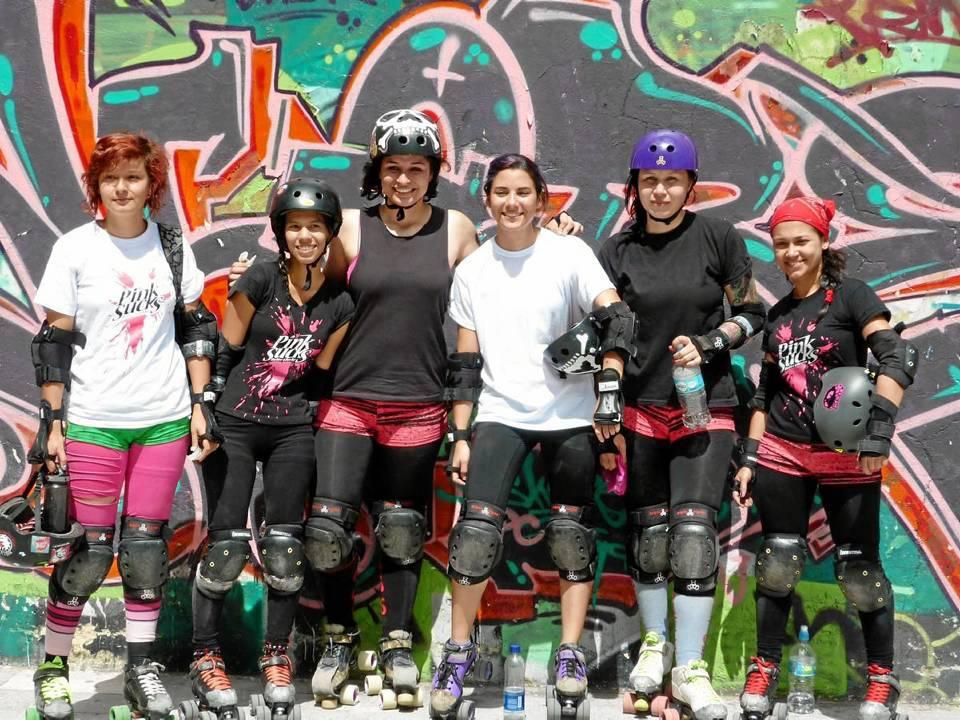 El equipo de roller derby 'Pink Sucks' que representará a Santander en un campeonato nacional, pide más apoyo a este deporte nuevo.