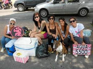 Las jóvenes han hecho varias actividades para reunir fondos para su equipo.