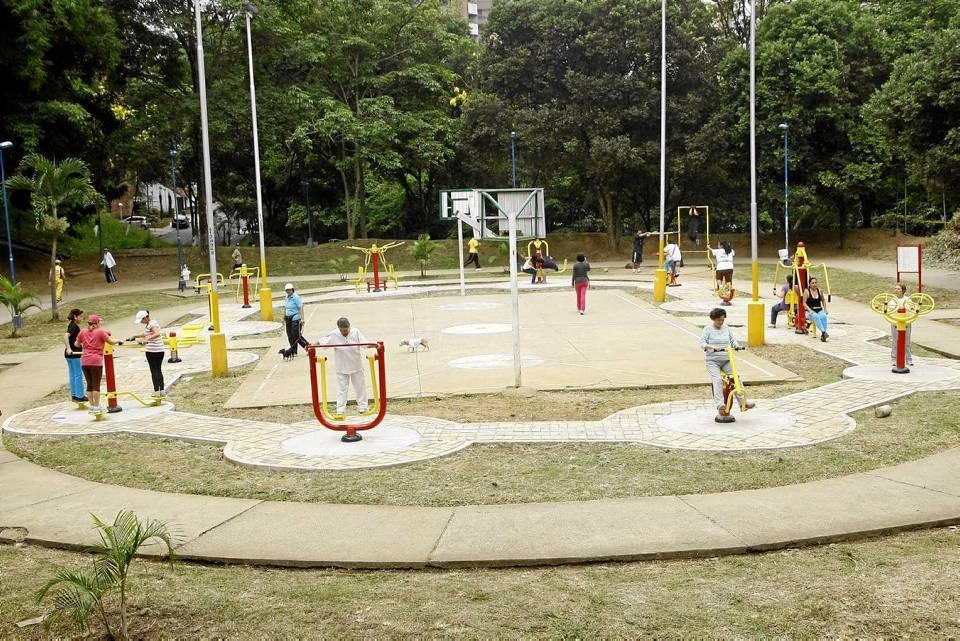 En el parque Los Leones se instalaron varios aparatos alrededor de una cancha.