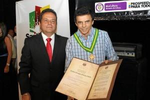 Mauricio Mejía, alcalde (e) de Bucaramanga y el maestro Gustavo Gutiérrez Cabe-llo, compositor y homenajeado en la edición de 2013 del festival.