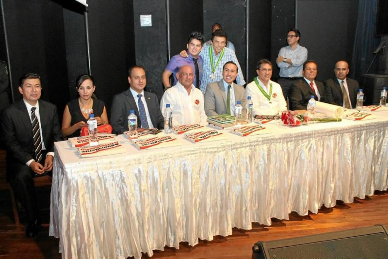 En la mesa estuvieron personalidades del departamento, entre ellos el vicepresiden-te de la Asamblea de Santander, Edgar Villabona; el gobernador Richard Aguilar Villa y el presidente de la Fundación Festival de la Leyenda Vallenata, Rodolfo Mo-lina Araujo, entre otros.