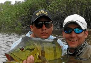 Su compañero de aventura y socio Mario Martín Castillo lo acompañó al caño Bocón, en Puerto Inírida, donde capturó este tucunaré.