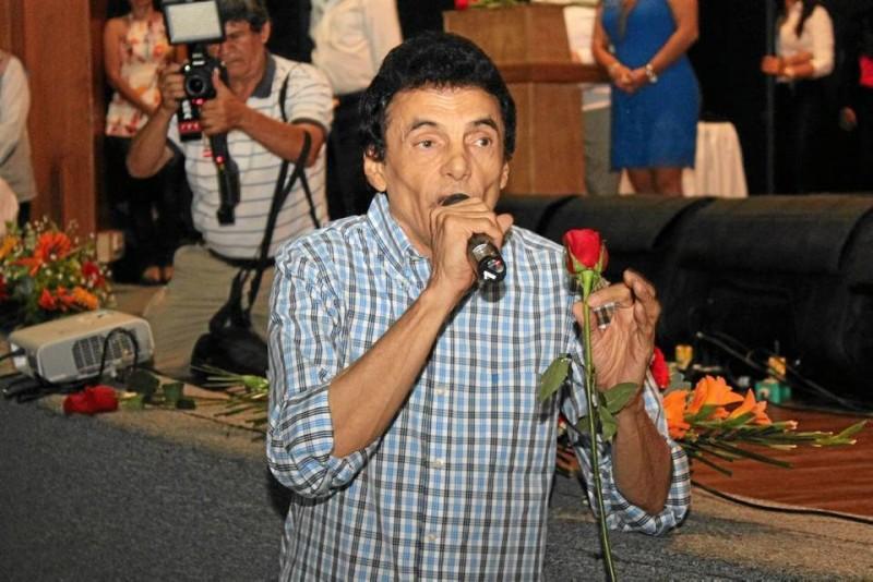 Gustavo Gutiérrez cautivó a los asistentes con sus versos.