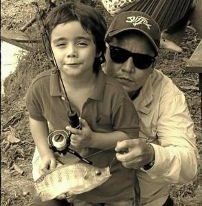 Con tan solo 5 años su hijo ya pesca, aquí con una tilapia.