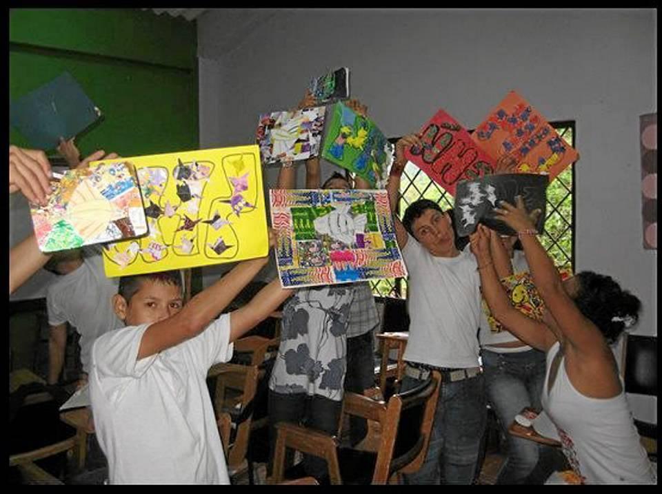 Algunos de los niños de Ludoplace posan con las máscaras creadas por ellos mismos.